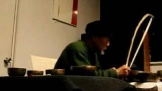 チョン(チベタン シンギング ボウル) 奏者 SOTARO(1936~)が寺院で...