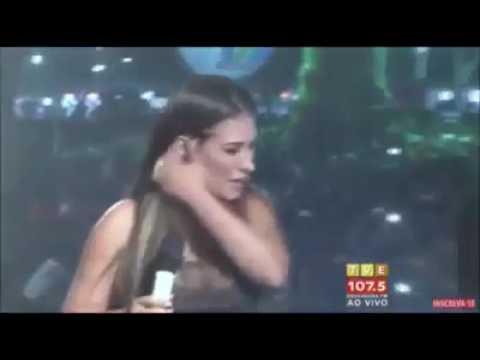 Fã invade palco, derruba Simaria e leva soco de Simone em show na Bahia