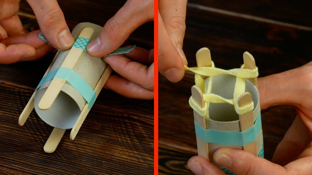 Pega 4 palitos de helado en el rollo de papel higiénico. Todas las mujeres lo necesitan
