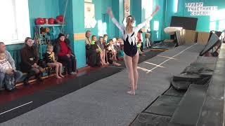На соревнованиях по спортивной гимнастике - ученица О.В. Зоренко