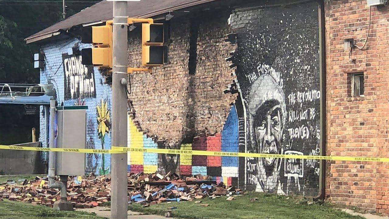 Молния разрушила стену памяти Джорджа Флойда