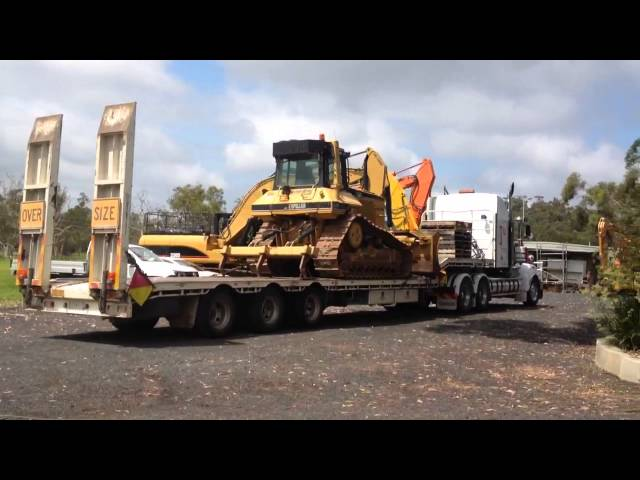 Kenworth T950 dropping of a Cat D6M dozer
