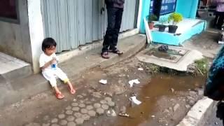 Kisah mengharukan 2 anak kecil