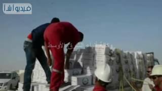 بالفيديو : توزيع كراتين سلع غذائية على العمال بمواقع مشروع المليون ونصف فدان بالمنيا