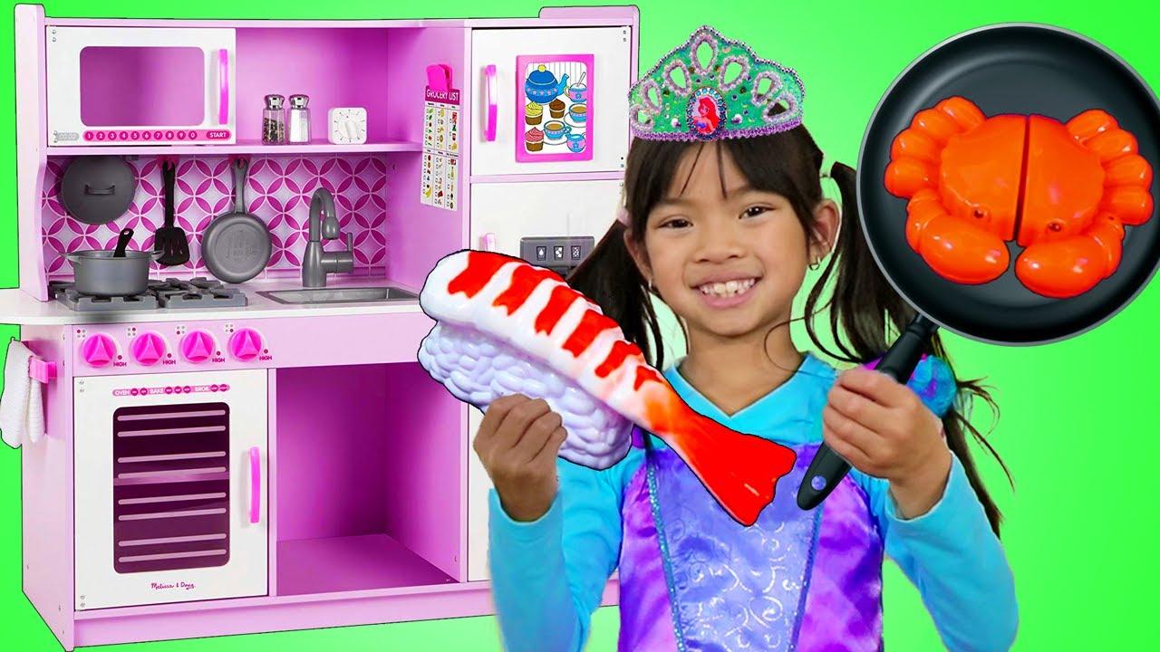 Emma se viste como Hermosa Princesa Ariel y juega con un set de Cocina de Juguete