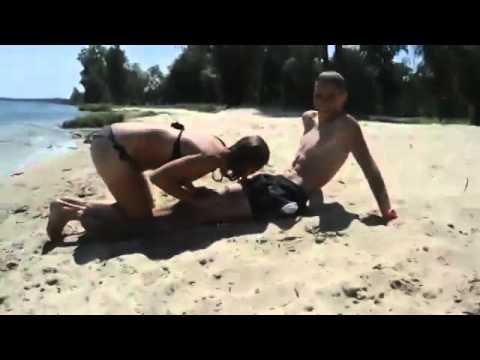 Голые нудистки, обнаженные девушки на пляже, семьи