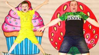 Андрей и папа забавно играют на летних каникулах