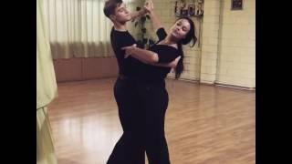Оксана Федорова танцует с молодым юношей