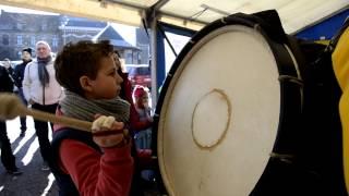 Delplanque Clément grosse caisse au carnaval d'Estinnes au mont 2013 (DecatEmmanuel)