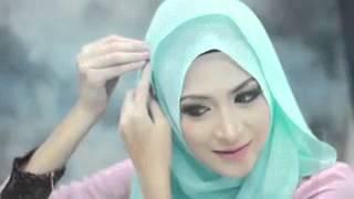 Красиво завязывает шарф (Хиджаб)