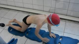 Как научить ребенка плавать брассом?