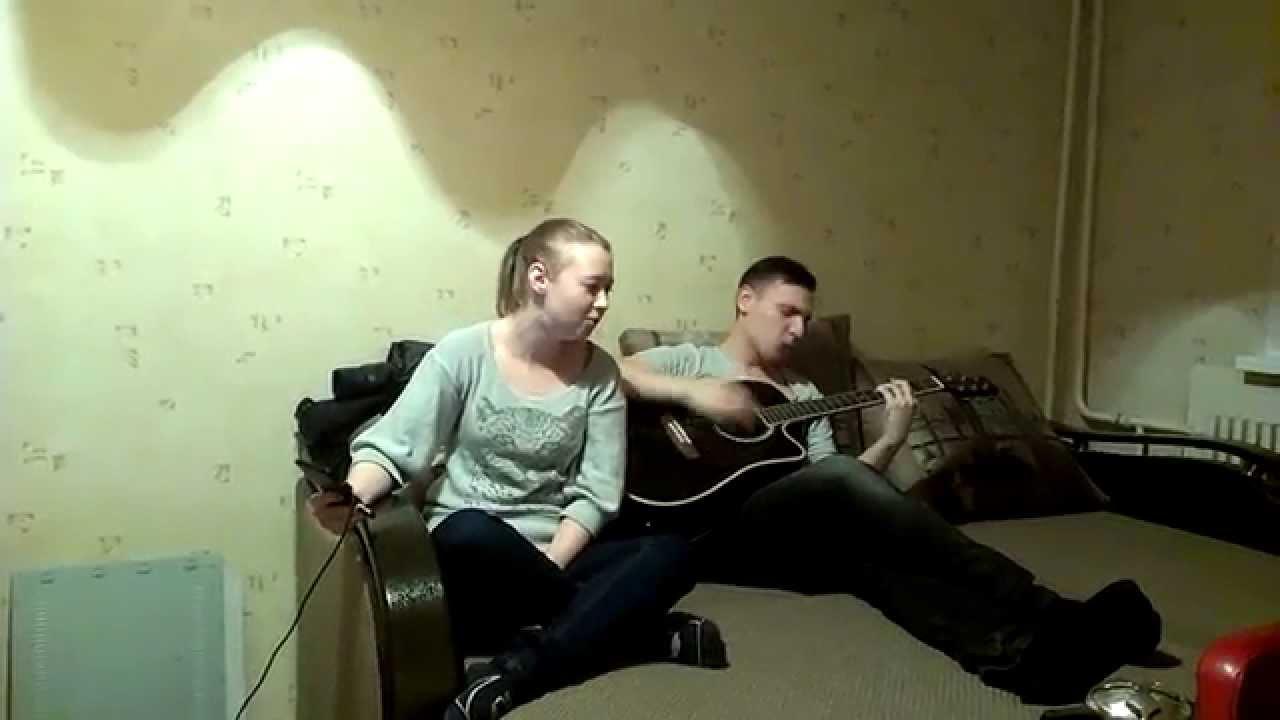 Парень и девушка поют прикол