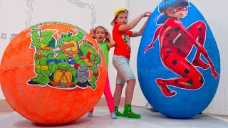 Katy y Max sus juguetes en huevos gigantes