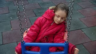 Lina Okul Çıkışı Salıncakta Sallanırken Uyuyakaldı  Eğlenceli Çocuk Videosu