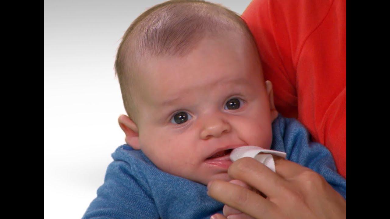 A que edad un bebe le salen los dientes