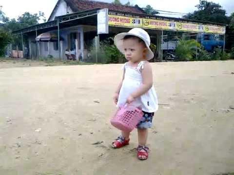 Bé Misu đi chợ giúp bà và mẹ