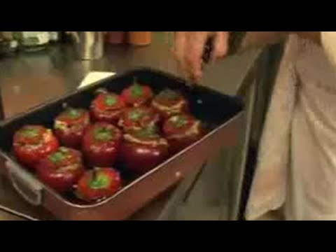 Italian chef Giancarlo makes vegetarian dish for students - BBC