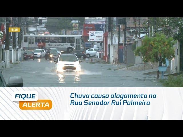 Chuva causa alagamento na Rua Senador Rui Palmeira