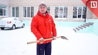 Дворник художник рисует на снегу