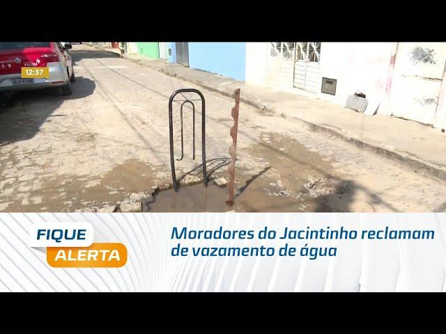 Moradores do Jacintinho reclamam de vazamento de água limpa