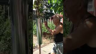 Nonno protects his giardino by any means necessary 😆