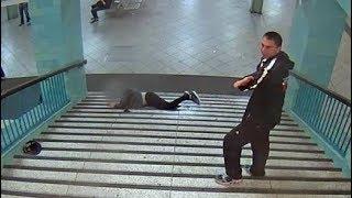 Berliner Alexanderplatz: Unbekannter stößt Mann die U-Bahn-Treppe hinunter