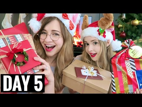 OPENING CHRISTMAS PRESENTS | vlogmas day 5