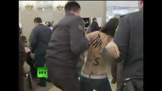 'Краду за Путина': Топлесс-акция Femen на выборах