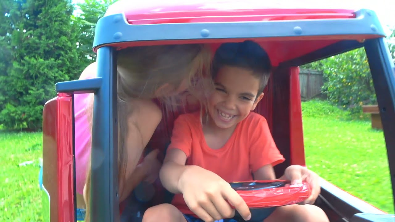 Андрей и Вики играют с симпл димпл катаются на игрушечном грузовике и убегают от динозавра