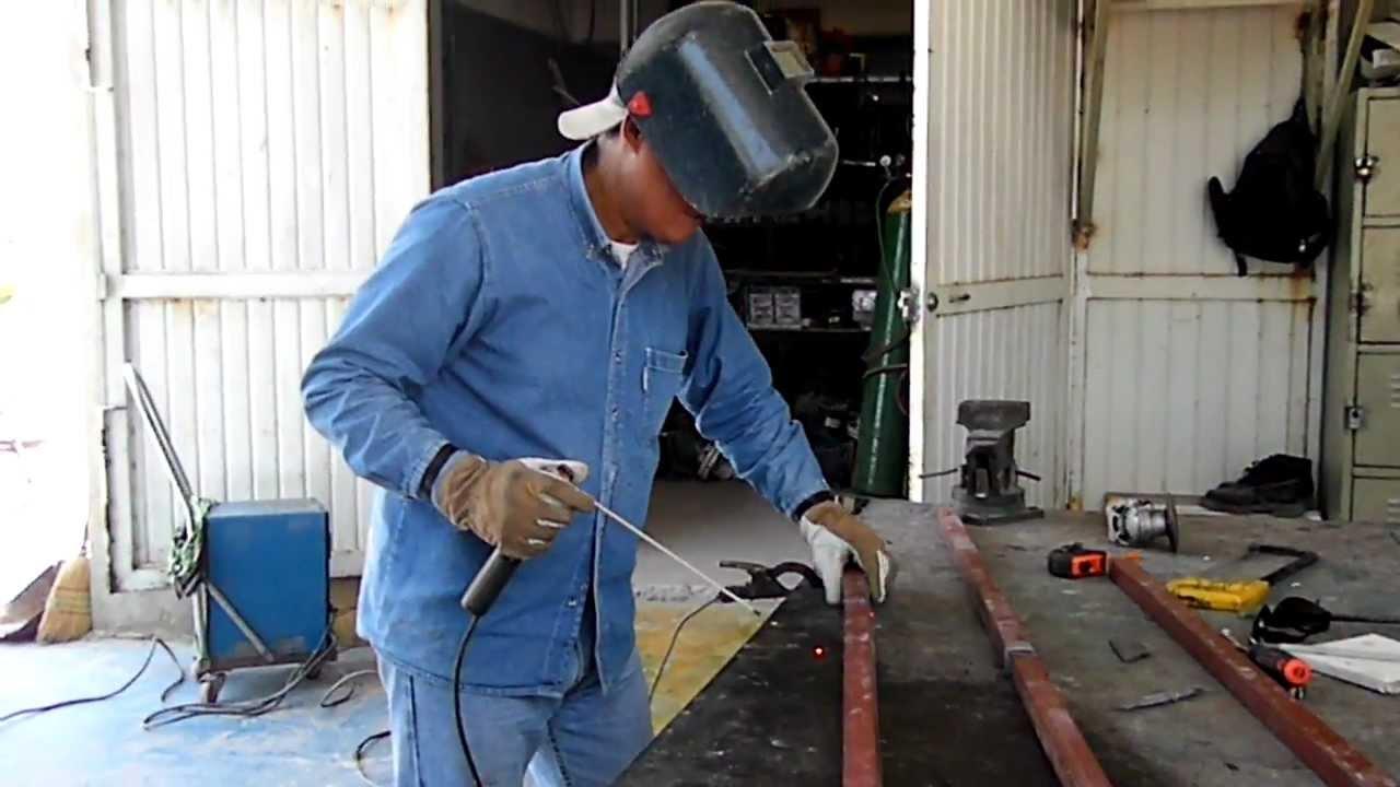 Soldando perfil metalico en la utt con poncho y temo 2012 - Como soldar hierro ...