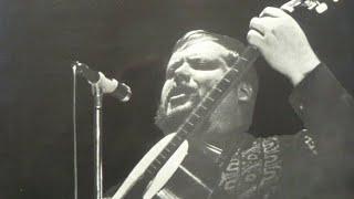 """Gösta """"Skepparn"""" Cervin I armen Rodger Young"""