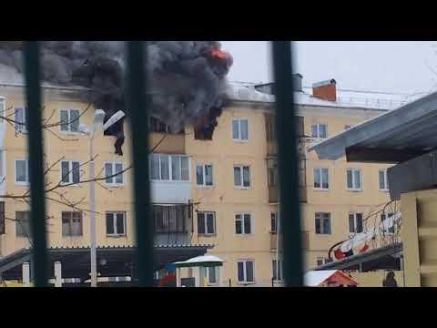 Страшный пожар в Каменске-Уральском, человек вылез из окна