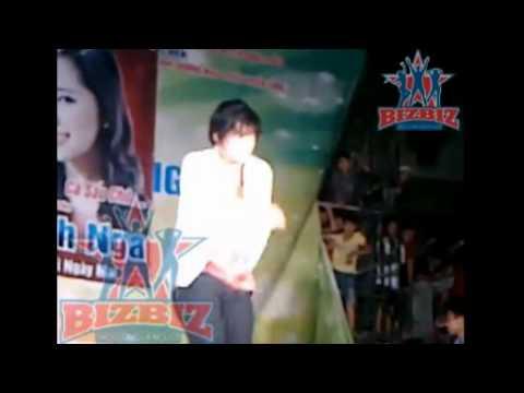 Khánh Phương quê muốn độn thổ vì rách quần lộ cà tím khi đang hát