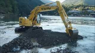 嵐山 川の中で復旧作業を行うブルドーザーとパワーショベル thumbnail