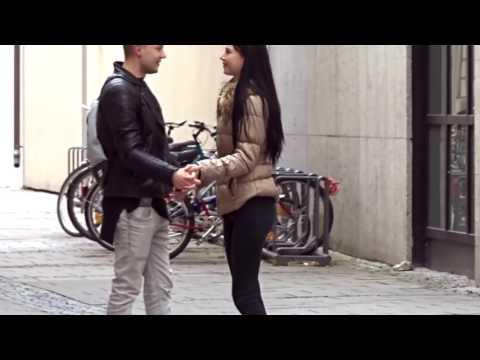 Trik Dapat Ciuman Gratis dan Pegang pegang Wanita