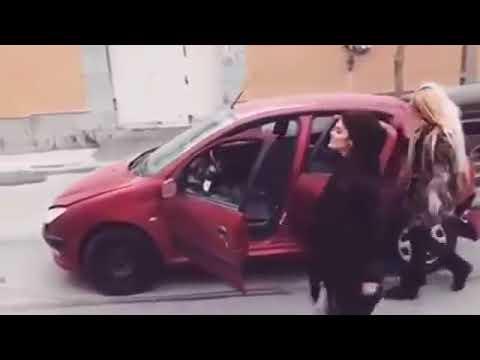 Giden Arabadan İnip Dans Eden Kızların...