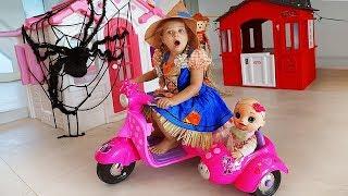 डियेना प्ले हैलोवीन ट्रिक या ट्रीट कैंडी खेलने का नाटक करती हैं