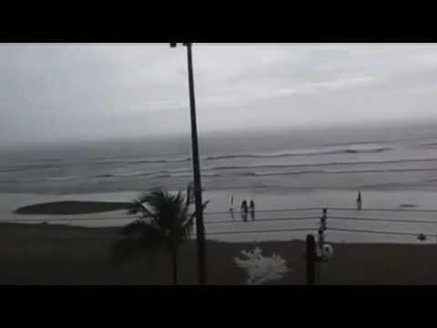 Video: Una joven fue alcanzada por un rayo en una playa de Brasil