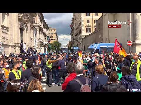 LIVE Roma, manifestazione comparto aereo. La polizia blocca corteo, tensione: diretta video