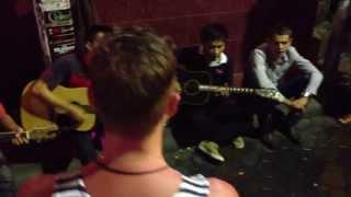Тайцы поют русские песни на Walking street в Паттайе
