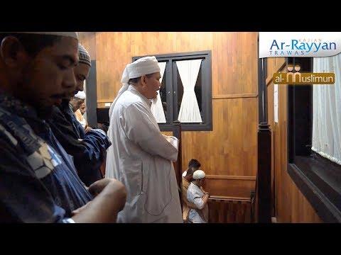 KH. Tengku Zulkarnain menjadi Imam Sholat Maghrib dan Isya