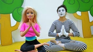 Barbie fait du yoga. Vidéo drôle pour enfants