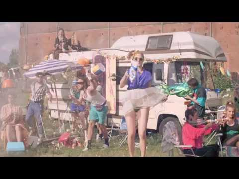 Von Wegen Lisbeth - Bitch (Offizielles Musikvideo)