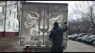 Der Künstler macht aus den verdreckten Autos ein Kunstwerk!
