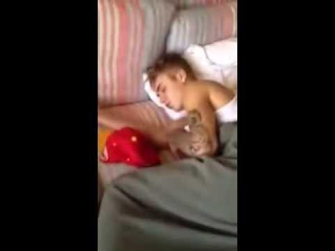 Джастин Бибер спит с девушкой в Бразили. Justin Bieber sleeping with Girl in Brasil.