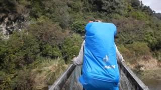 Момент, когда мост перевернулся под тяжестью туристов