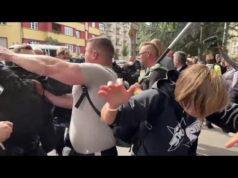 فيديو لمصادمات بين الشرطة و متظاهرين رافضين لارتداء الكمامات و الالتزام بالقيود  - 20:54-2021 / 8 / 1