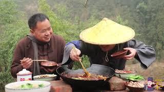 中国的年夜饭,往往就是一桌大餐(Chinese New Year's Eve is often a big meal)