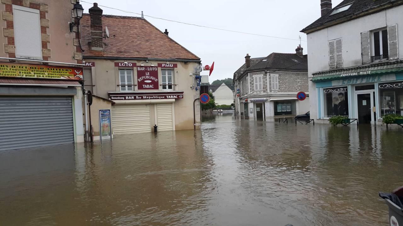 inondations souppes sur loing place de la r publique l 39 glise au centre de la rivi re youtube. Black Bedroom Furniture Sets. Home Design Ideas