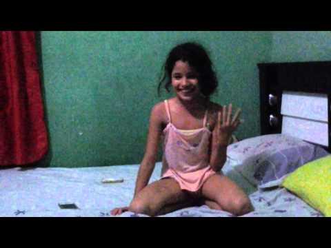 Menia de 10 anos fazendo ginastica